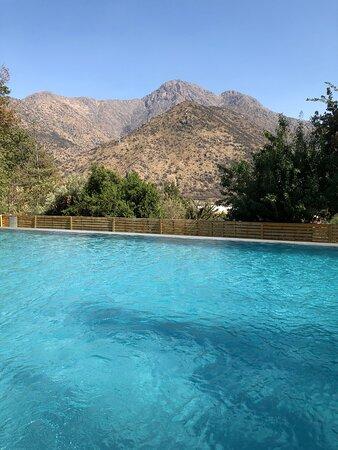 Piscina con hermosa vista y cascada hacia la piscina para los más pequeños