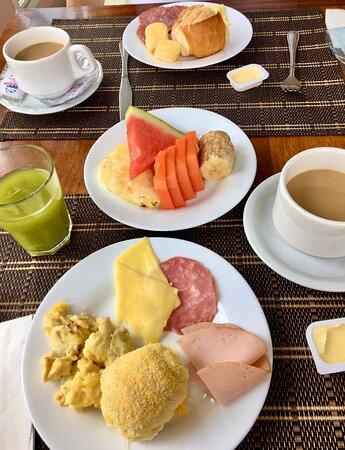 Café da manhã ótimo, mas poderiam variar diariamente para não enjoar.