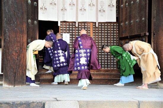 Ingresso di religiosi nel Tempio Kofukuji - Nara - Giappone. Cliccare sulla foto per vederla come scattata.