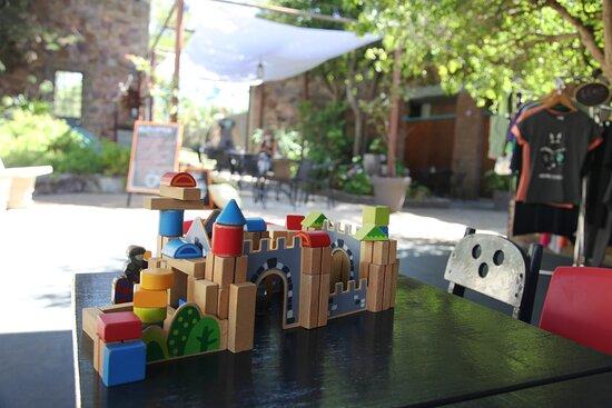 Maldonado, Uruguay: espacio para que los niños se entretengan armando un castillo