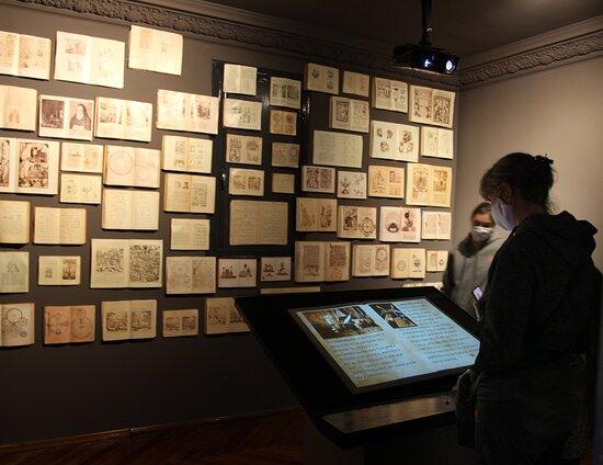 Maldonado, Uruguay: Sala que explica que es la alquimia en el museo. si escaneas los códigos que tienen los libros se puede acceder al libro completo