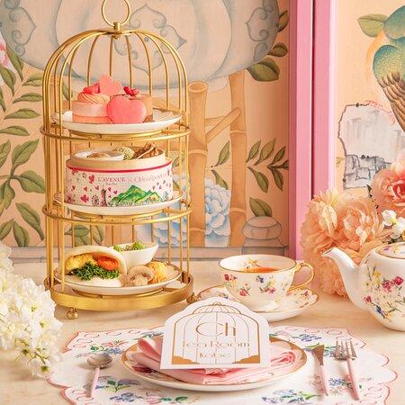 """2021年2月4日(木)販売スタート!  L' AVENUE × Ch Tea Room Kobe 「Kobe Valentine Afternoon Tea Set」  昨年、ご好評頂いた『神戸』をテーマにした アフタヌーンティーセットに 神戸北野の洋菓子店『L'AVENUE(ラヴニュー)』による  バレンタインイメージの新作ケーキを加え、 期間限定で登場致します♡  Ch Tea Room Kobeの為だけに作られた L'AVENUEの繊細で華やかなケーキ2種類に、 中華街""""南京町""""をイメージした焼売やミニちまき など蒸籠でご提供。 スイーツとセイボリーもバランスよく味わえ、 ランチとしてもご利用頂けます。  【販売期間】 2021年2/4(木)~2/28(日)  ・Kobe Valentine Afternoon Tea Set  (90分制フリードリンク)¥4,100+tax"""