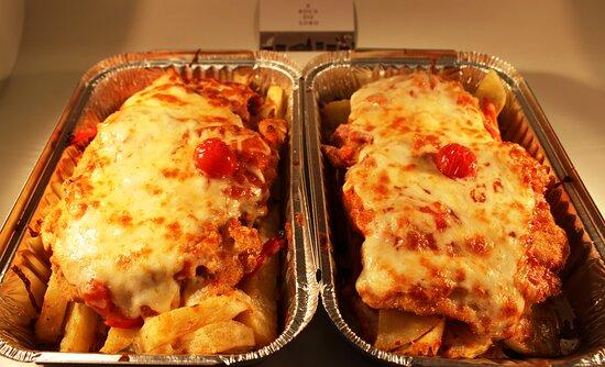 RACIONES: Nuestro filete de pollo empanado estilo NAPOLES.....( salsa de tomate casera, panceta ibérica y queso ahumado)