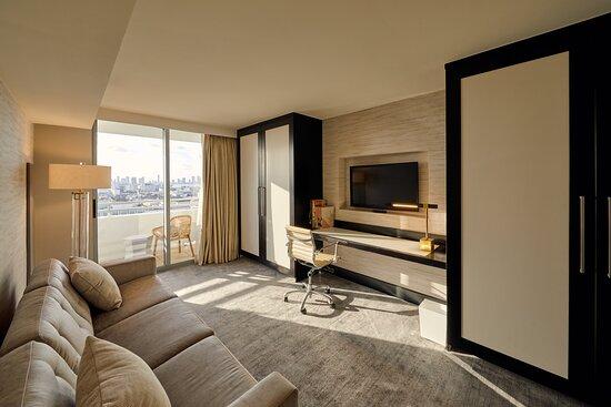 Suite Presidential City Skyline View Den