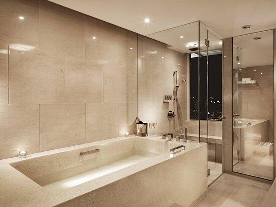 Prestige Suite  Bahtroom Night