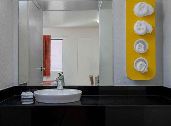 Motel Oceanside bathroom