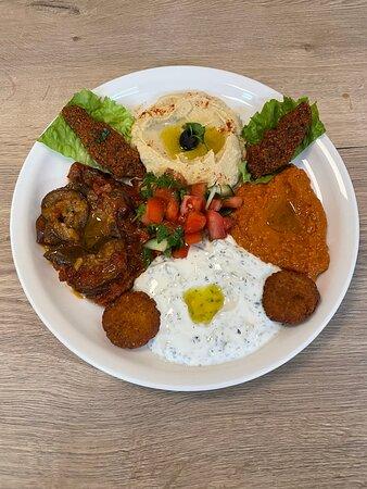 Assiette Mezze 2021, composé de ; muhammara, houmous, cig köfté, tzatzikik, aubergine grillée, falafel et salade orientale