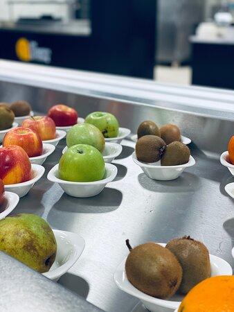 """Pour le dessert vous avez le choix à notre """" Comptoir Gourmand"""" ou alors vous avez également la possibilité de choisir de bons fruits frais et de saison en provenance de notre partenaire """" Jacoulot primeur"""", meilleur ouvrier de France."""