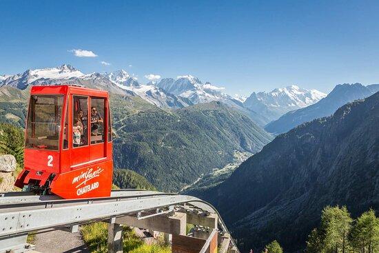 Après le funiculaire à 2 cabines et le train panoramique, dernière étape avec le Minifunic permettant d'accéder au sommet du barrage d'Emosson à 1965 mètres d'altitude.