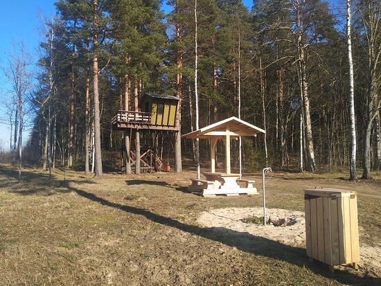 Stameriena, ลัตเวีย: Treehouse, recreation place, fire place near narrow railway station in Stāmeriena
