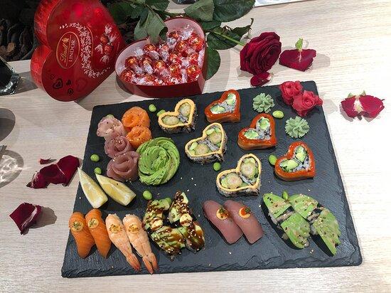 Alla hjärtans dag. Specialmeny 12-14 februari 2021. Sushi och sashimi för 2 personer, en ros och choklad från Lindor.