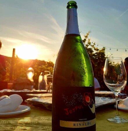 Una bella magnum di Joyful al tramonto da condividere con gli amici