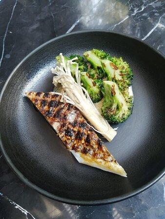 Pesca del día :  Beurre blanc   Lobina rayada con vegetales, autentico sabor del mar preparado con finos condimentos  listo para satisfacer los mas altos estándares en gustos.