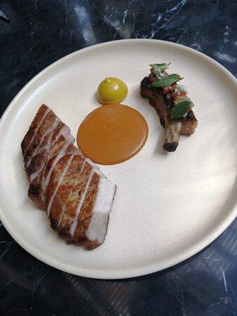 Pork chop encuacahuatado. acompañado de puré de plátano.
