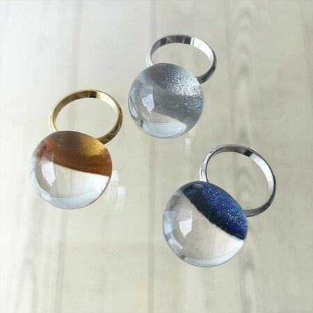 """木製のアクセサリーだけでなく、今日はアクリルのアクセサリーをご紹介します🥰  こちらは人魚の瞳をイメージしたフリーサイズのアクリルリング💍  アクリルから覗く、金✨銀✨ブルー✨ 覗き込む角度によってそれぞれ見える表情が変わってきて、ずっと眺めてしまう美しいリングです。  ◆80R1481◆リング""""人魚の瞳""""〈金色〉  http://www.eyes-japan.co.jp/s-collection/new/2018/06/post-1125.html  ◆80R1483◆リング""""人魚の瞳""""〈銀色〉  http://www.eyes-japan.co.jp/s-collection/new/2017/09/post-1022.html  ◆80R1491◆リング""""人魚の瞳""""〈月あかり色〉  http://www.eyes-japan.co.jp/s-collection/new/2018/05/post-1116.html  #坂本これくしょん #会津 #漆 #漆塗り #漆アクセサリー #漆のコスチュームジュエリー #アクセサリー #職人技 #手仕事 #伝統工芸 #アクリル #指輪"""