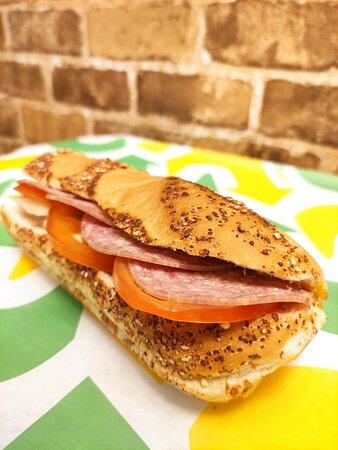 🥪 Znudziłeś się tradycyjnym menu? U nas możesz wymyślić własną kompozycję sandwicza – taką, jak tylko chcesz! Do realizacji wariackich pomysłów zapraszamy na: - 1 piętro CH Magnolia Park - Uber Eats - Pyszne.pl