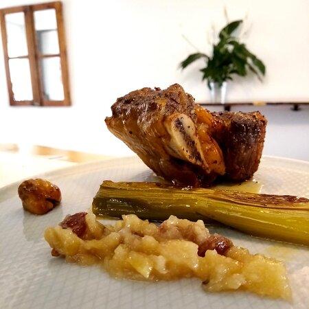 Chuleta de ternera al horno con  chutney de membrillo, puerro asado y castaña.
