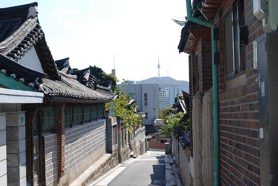 Сеул, Южная Корея: Souvenirs de mes Voyages --- Sud Corée -- Séoul -- Quartier résidentiel de la ville avec ses maisons traditionnelles sur une colline face à la Seoul Tower -- 21.02.05