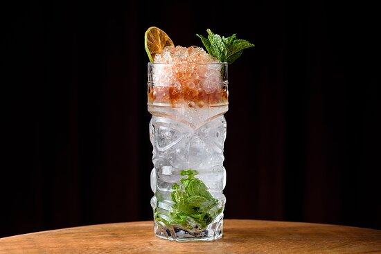 Queen's Park Swizzle: Rum envelhecido, bitter aromático, açúcar demerara, suco de limão e folhas de hortelã.