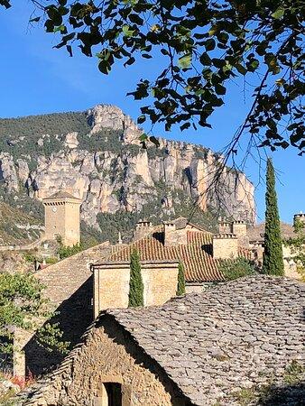 Le superbe village de Peyreleau dans son écrin minéral à l'entrée des gorges de la Jonte