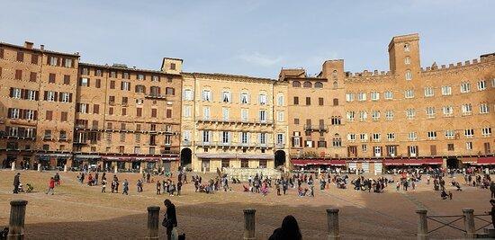 Una piazza splendida