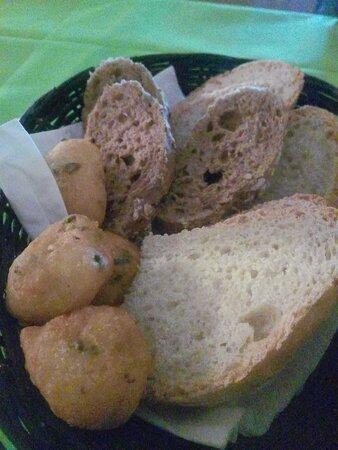 Civitanova Alta, Itália: cestino di pane misto fatto in casa con bombette fritte