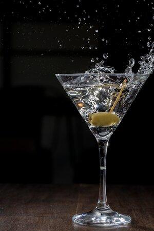 DRY MARTINI - COFFEE TRAIN COMPANY Vermouth, Gin em uma taça gelada finalizada com uma azeiton.