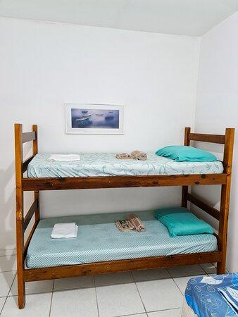 Quarto 5 Espaço para 4 pessoas Cama beliche  2 camas de solteiro Frigobar  Ar condicionado Banheiro privado