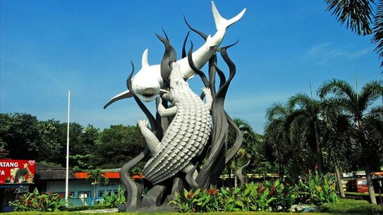 Сурабая, Индонезия: Icon of Surabaya East Java Indonesia, fight between shark and crocodile