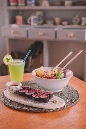 Sushi Plant Based de arroz yamani, queso vegano de girasol, mayonesa de remolacha, zanahoria, palta y Rawmesan
