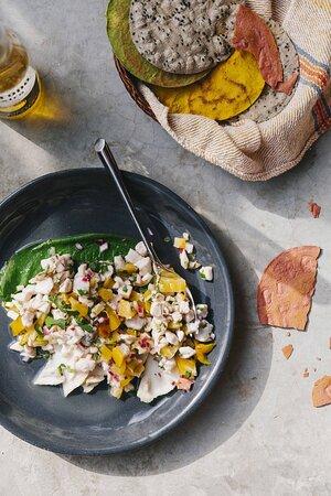 Ceviche de pescado, hoja santa y fruto místico de coco