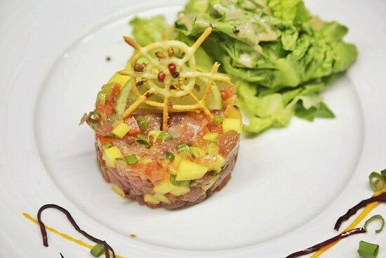 Tartare de poisson, selon pêche du jour, ici thon, dés d'ananas, tomates, cives et huile d'olive vanillée  Psss : vous pouvez aussi le préparer vous même (condiments à disposition)