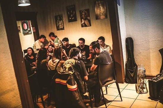 ven a disfrutar de un lugar diferente en pleno barrio bellavista , la mejor comida y cervezas artesanales .