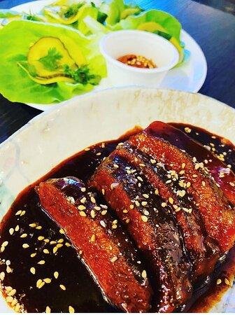 Panceta ibérica cocinada durante 36 horas con salsa ssam, lechugas vivas, encurtidos, hierbas de temporadas para ssam