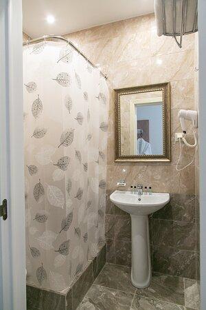 В каждом номере собственная ванная комната с душем и туалетом