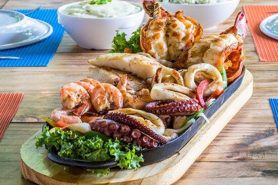 Chapa Comandante (Lagosta, filé de pescada amarela, camarões, anéis de lula e polvo). Acompanha arroz de brócolis e purê de batata aromatizado com manjericão.