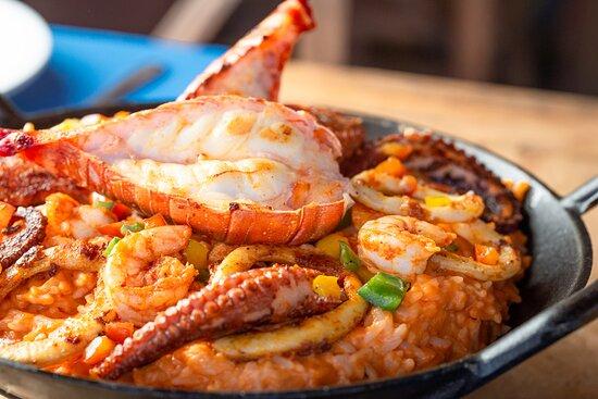 Frutos do Mar Almirante: Arroz cremoso de pimentão vermelho e parmesão com lagosta, camarão , polvo e anéis de lula grelhados.