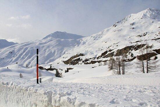 Simplon, Ελβετία: Al centro della foto si intravvedono degli escursionisti . 9 Febbraio 2021.