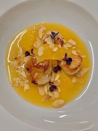 Capesante scottate su buerre blanc all'arancia e mandorle tostate
