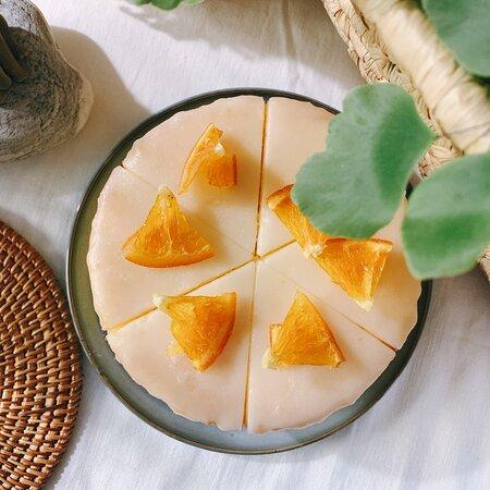 老奶奶檸檬蛋糕   以紮實豐潤的磅蛋糕為基底,加上自家手作的檸檬糖霜,以橙片或柑橘片點綴