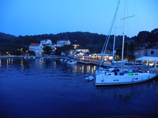 Mljet Island, Croatia: Evening is party time with many of the small cruise boats making POMENA Town their last stop before venturing onto Dubrovnik to conclude their itinerary.