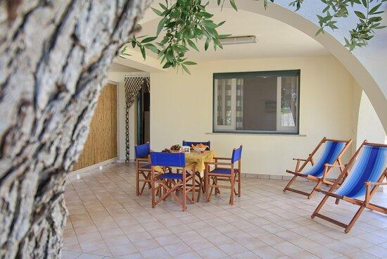 Marina San Gregorio, Italy: Sitzplatz Wohnung Sole C /  Posto esterno Appartamento Sole C