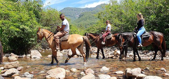 A aventura é garantida, atravessando o rio e curtindo as belezas da natureza.