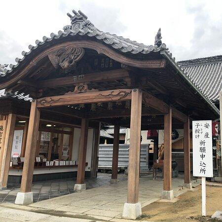 弘法大師像が上から見守っています