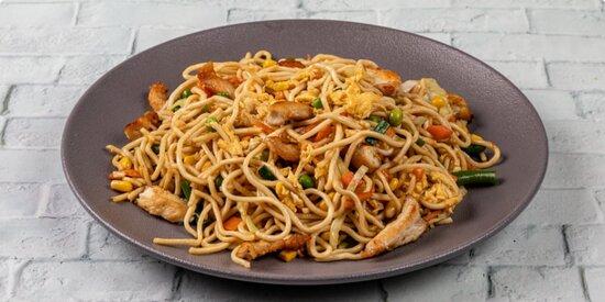 Τηγανητά #noodles με κοτόπουλο με mix λαχανικών, αυγό και σάλτσα σόγιας. #delivery www.mongo.gr Mongo Asian Food
