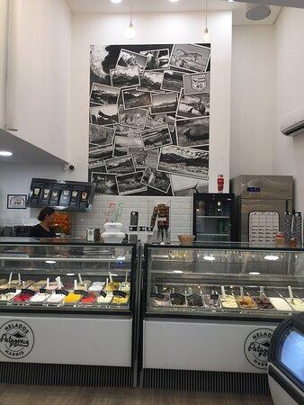 Nuestro local en Plaza Tirso De Molina 19, Esquina Dr Cortezo, en pleno centro de Madrid. Sabores únicos, artesanales, naturales, sin conservantes ni colorantes. Nuestros helados, cucuruchos, crepes, wafles y brownies, son 100% libres de gluten, certificados por la asociación Madrid Libre de Gluten.