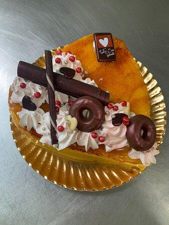 Tarta San Valentín bizcocho crema, nata con turrón y yema.