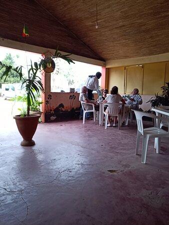 La salle du restaurant lumineuse et conviviale (chaises en plastique ;-))