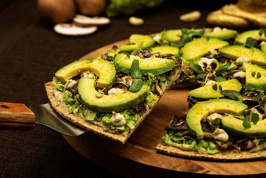 Пицца с грибами и авокадо
