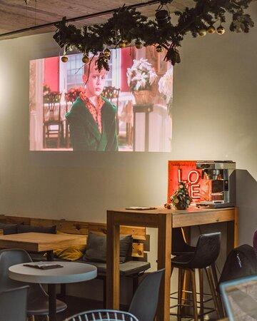АТМОСФЕРА УЮТА ⠀  Зимой порой хочется укутаться в теплый плед, взять чашку какао с маршмеллоу и в компании близких людей насладиться любимым фильмом 😌 ⠀  Такое зимнее удовольствие можно получить в нашей кофейне на Невского 59! У нас тепло, есть вкуснейшее какао (и не только!), а еще мы всю зиму периодически смотрим атмосферные фильмы на проекторе. Вам остается только взять своих друзей и близких и прийти к нам, настроенными на уютный вечер! ❤️
